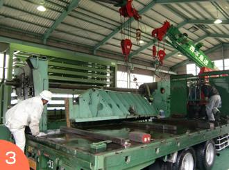 トラックに部材積み込み作業。重量物作業のご依頼は広島の西本急送まで。
