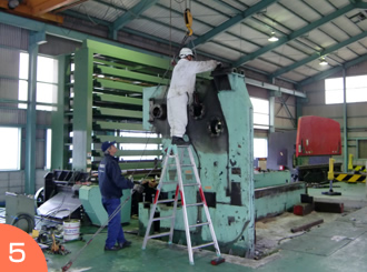 天井クレーンで部材ばらし作業。重量物作業のご依頼は広島の西本急送まで。