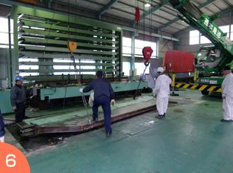 クレーン車で最終部材吊り上げ作業。重量物作業のご依頼は広島の西本急送まで。