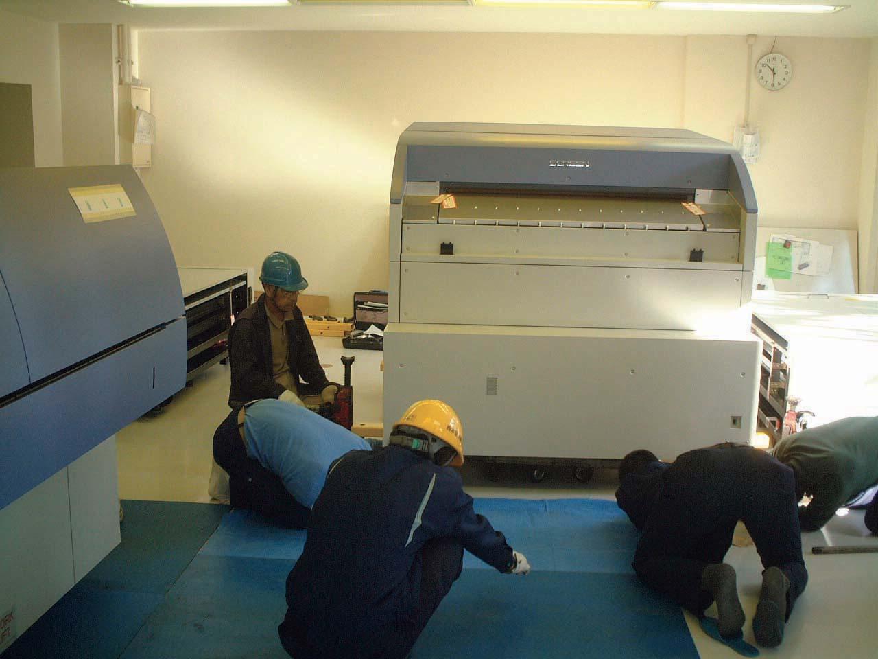 印刷機械、搬入据付工事作業風景。広島の西本急送では安全な作業を行っております。