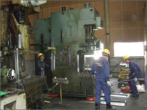 工作機械、搬出撤去コロ引き作業風景。工事は専門の作業員が安全に行います。